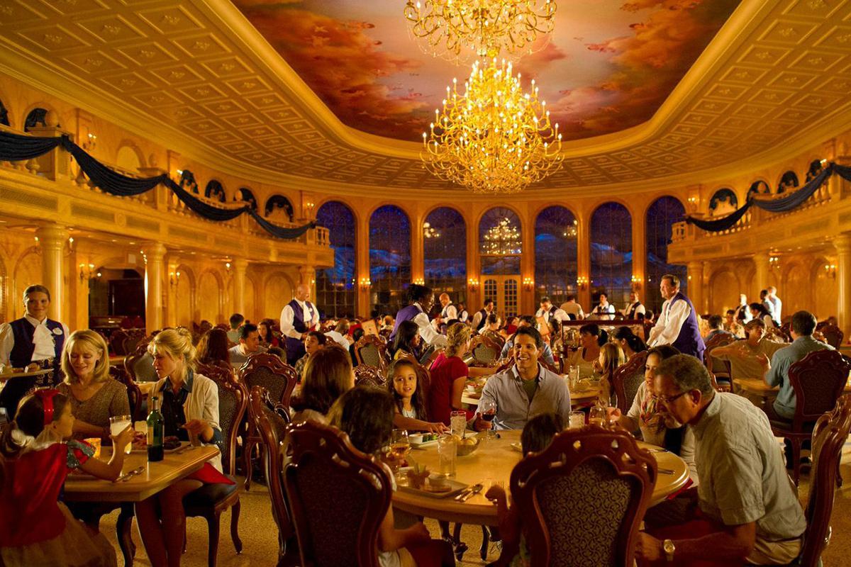 фешенебельный ресторан с большим количеством гостей