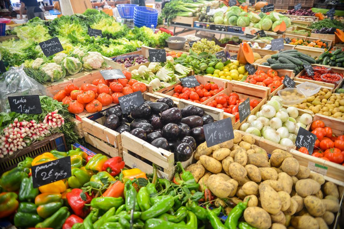 здоровая еда и овощи на рынке